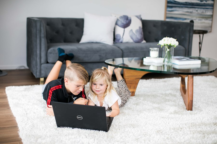 Salina Galvan Photography Classic Builders Kids In Lounge Watching Laptop 8939